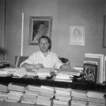 Vittorio Sereni nel suo studio nel '52