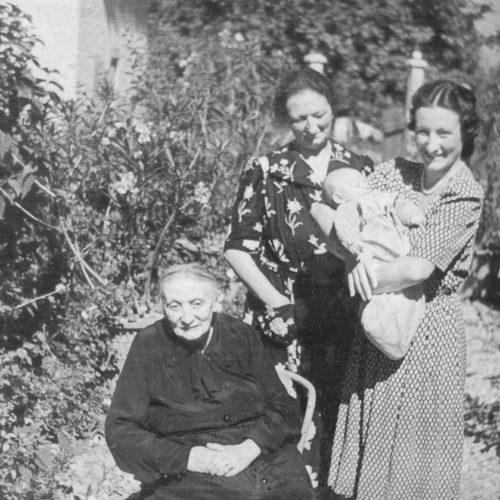 Maria Luisa Bonfanti, moglie di Vittorio Sereni, con in braccio la primogenita Maria Teresa, detta Pigot, e con, da sinistra, la nonna e la madre nel luglio del '41
